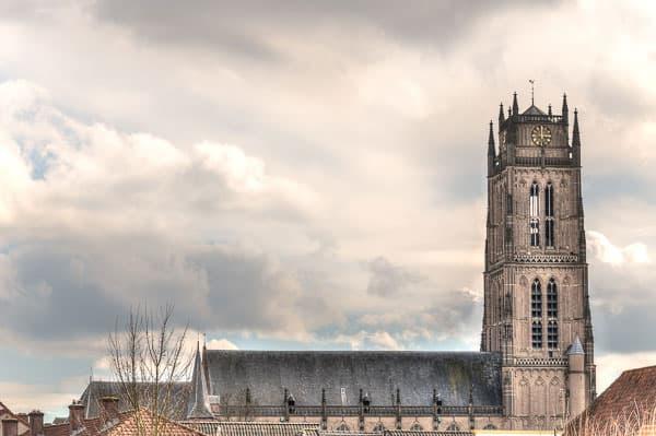 Kerk met dramatische lucht