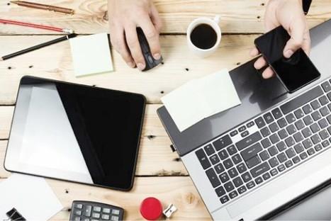 Tafelblad met iPad laptop, koffie en andere benodigdheden die bruikbaar zijn bij het volgen van een online cursus