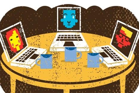 drie computers die met elkaar verbonden zijn op een tafel om zo te communiceren over online cursussen