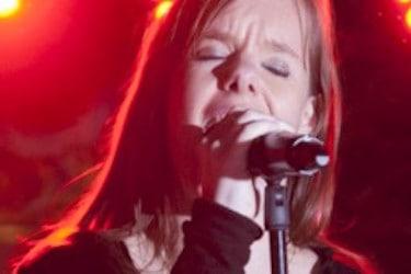 Zingende vrouw die prettig zingt dankzij goede coaching
