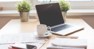 Tafel met een laptop, de ideale omgeving om een online cursus te maken