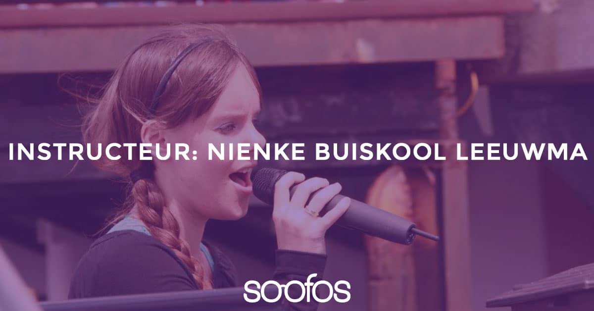 Lees meer over de instructuer op Soofos Nienke Buiskool Leeuwma, de maakster van online zang cursussen op Soofos