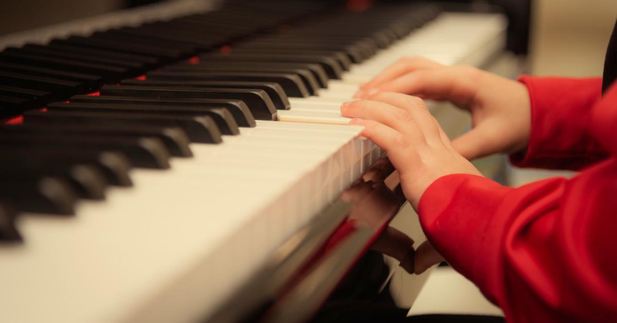 Lees over de beste manieren om piano te leren spelen